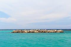 Tła niebieskiego nieba denny biel chmurnieje falochron Zdjęcie Stock