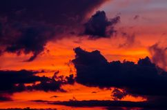tło abstrakcyjna natura Dramatyczny niebo z chmurami i zmierzchem Obraz Royalty Free