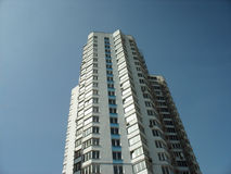 Tło budynek multistory i niebieskie niebo Obraz Stock