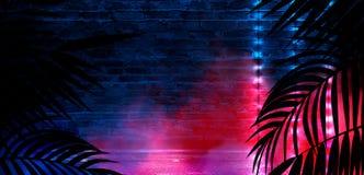 T?o ciemny pok?j, tunel, korytarz, neonowy ?wiat?o, lampy, tropikalni li?cie obrazy royalty free