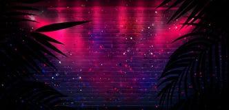 T?o ciemny pok?j, tunel, korytarz, neonowy ?wiat?o, lampy, tropikalni li?cie fotografia royalty free