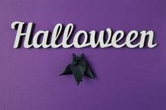 Tło Halloweenowy dekoracja tekst i papercut nietoperz Odgórny widok Fotografia Stock