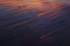 Tło mokre piasek tekstury przy zmierzchem Zdjęcie Royalty Free
