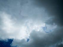 Tło niebo z ciemnymi chmurami Fotografia Stock