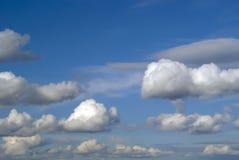Tło - niebo z cumulus chmurami Zdjęcia Royalty Free