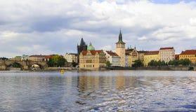 Tło panoramiczny widok bulwar Vltava rzeka od wody Obraz Stock