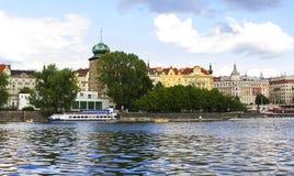 Tło panoramiczny widok bulwar Vltava rzeka od wody Obrazy Stock