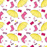 Tło parasole, gumowi buty, torebki i eyewear, Wiosna, jesieni akcesoria i buty i Moda Zdjęcie Royalty Free