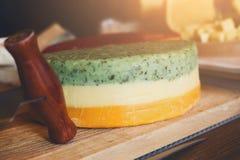 tło ser zawiera siatka ilustracyjnego wektor Barwiony gouda z ziele na drewnianym talerzu Zdjęcie Royalty Free