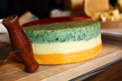 tło ser zawiera siatka ilustracyjnego wektor Barwiony gouda z ziele na drewnianym talerzu Zdjęcia Royalty Free