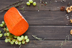 tło ser zawiera siatka ilustracyjnego wektor Gouda czerwony pesto na nieociosanym drewnie Zdjęcie Stock