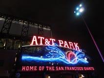 AT&T-Park - Huis van de Reuzen - Neonteken bij nacht met visueel stock afbeeldingen