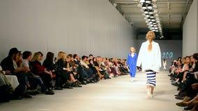 T Presentación de Mosca, semana ucraniana 2015, Kiev, Ucrania de la moda, metrajes
