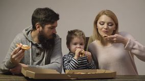 t r 妈妈、爸爸和儿子在白色背景一起吃比萨 E 影视素材