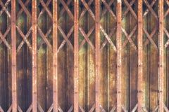 T?ralter und rostiger Stahlhintergrund stockbild