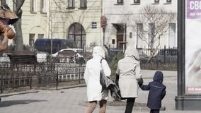 t rex服装的爱开玩笑的人在跑在城市边路的人人群  影视素材