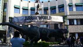 T-rex relativo à promoção para o mundo jurássico do próximo filme: Reino caído video estoque