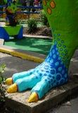 T rex voet bij miniatuurgolfcursus - verticaal Royalty-vrije Stock Foto