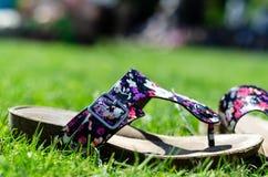 T-riem sandals op het gras stock fotografie