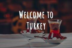 T?rkischer Tee im Restaurant T?rkisches K?che- und Reisekonzept Willkommen zu die Türkei-Benennung stockfotos