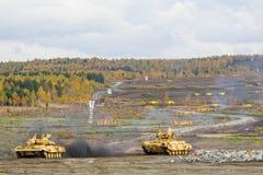 T90S och medel för behållareservicestridighet BMPT-72 Arkivbilder