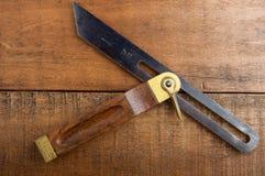 T-schuine rand op houten achtergrond Stock Foto's