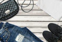 T-shirt blanc, jeans bleus d'ami, sac et chaussures noires de textile Images stock
