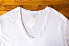 T-shirt blanc sur un fond en bois image libre de droits