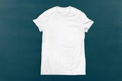 T-shirt blanc vide sur le fond de tableau Photos stock