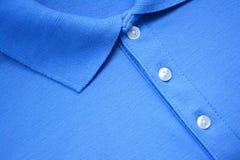 T-shirt bleu de polo Photographie stock