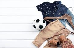 T-shirt bleu réglé d'habillement de bébé garçon avec les étoiles blanches, shir de jeans Photographie stock