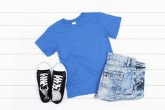 T-shirt bleu sur un fond blanc Photographie stock