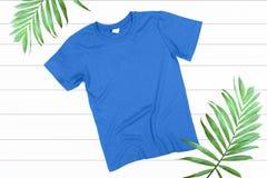 T-shirt bleu sur un fond blanc Image libre de droits