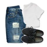 T-shirt branco, calças de brim azuis do noivo e sapatas pretas de matéria têxtil imagem de stock royalty free