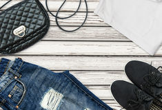 T-shirt branco, calças de brim azuis do noivo, saco e sapatas pretas de matéria têxtil imagens de stock