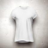 T-shirt branco isolado no fundo cinzento imagens de stock