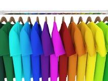 T-shirt coloridos com os ganchos isolados no branco Fotos de Stock