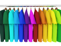 T-shirt coloridos com os ganchos isolados no branco Fotografia de Stock