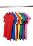 T-shirt coloridos no branco Foto de Stock