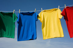 T-shirt coloridos no céu azul Fotos de Stock