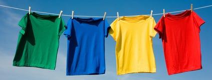 T-shirt coloridos preliminares fotografia de stock royalty free