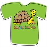 T-shirt com uma tartaruga no branco Foto de Stock Royalty Free