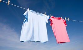 T-shirt cor-de-rosa e azuis Fotografia de Stock Royalty Free