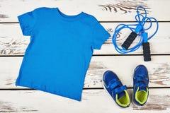 T-shirt, corde à sauter et espadrilles Photos stock