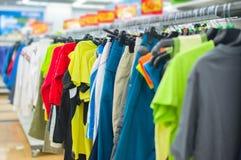 T-shirt da cor e calças do esporte em carrinhos Fotografia de Stock Royalty Free
