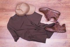 T-shirt de Brown, espadrilles d'été et chapeau Photo libre de droits