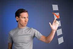 T-shirt de jeune homme vérifiant la boîte de liste de contrôle Fond pour une carte d'invitation ou une félicitation Photographie stock libre de droits
