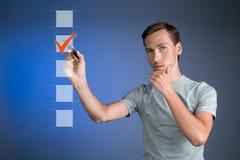 T-shirt de jeune homme vérifiant la boîte de liste de contrôle Fond pour une carte d'invitation ou une félicitation Photographie stock