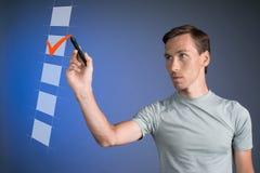 T-shirt de jeune homme vérifiant la boîte de liste de contrôle Fond pour une carte d'invitation ou une félicitation Photo libre de droits