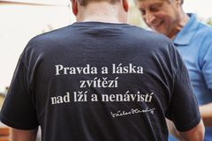 T-shirt de port d'homme avec la devise de les plus populaires de Vaclav Havel Images stock